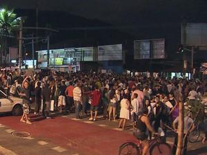Jovens protestam em Guarujá, SP, nesta sexta-feira (21) (Foto: Reprodução/TV Tribuna)