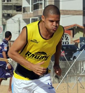 Cléber Carioca, treino do Macaé na praia (Foto: Tiago Ferreira / Divulgação)