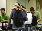 Nathalia Dill troca beijos com o namorado em aeroporto no Rio