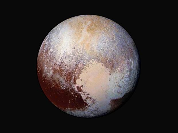 Imagem divulgada nesta sexta-feira mostra uma combinação de imagens captadas pela New Horizons com cores artificiais para mostrar diferenças na composição e na textura na superfície de Plutão  (Foto: NASA/JHUAPL/SwRI via AP)