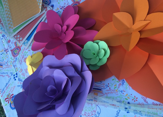 Profissional explicou passo a passo de flores, além de lanterna e mandala  (Foto: RBS TV/Divulgação )