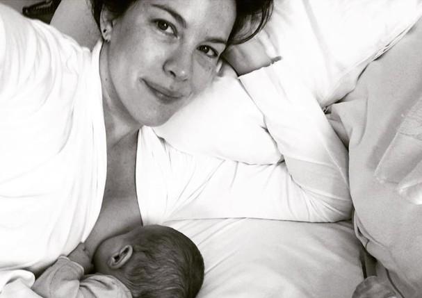 """Liv Tyler divide clique amamentando a pequena Lula: """"Abençoada"""" (Foto: Reprodução/Instagram)"""