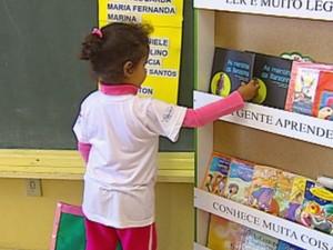 Projeto incentiva à leitura entre as crianças desde cedo em Bariri.  (Foto: reprodução/TV Tem)