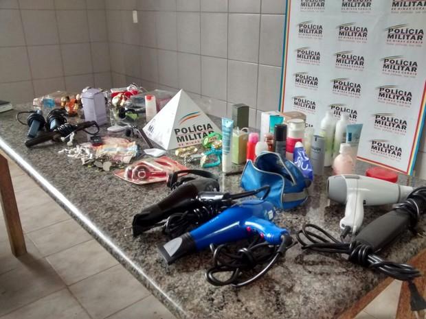 Secadores, produtos de beleza e acessórios foram apreendidos (Foto: Polícia Militar)