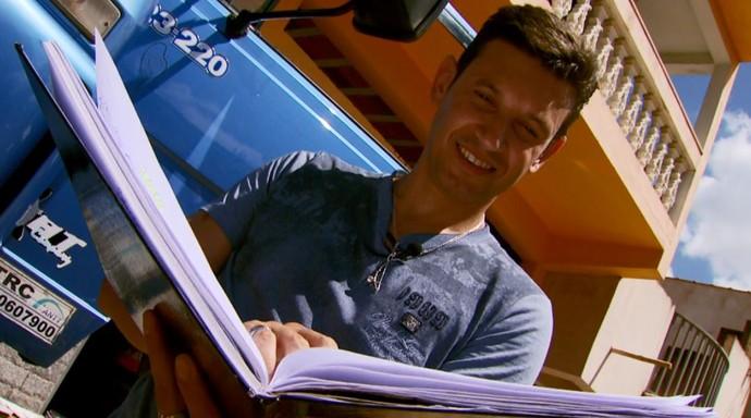 O caminhoneiro Jean Carlos de Andrade é apaixonado pelas estradas e pela literatura, e tem oito livros publicados  (Foto: reprodução EPTV)