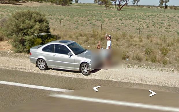 Na imagem, homem aparece com a bermuda arriada atrás de mulher curvada (Foto: Reprodução/Google Street View)