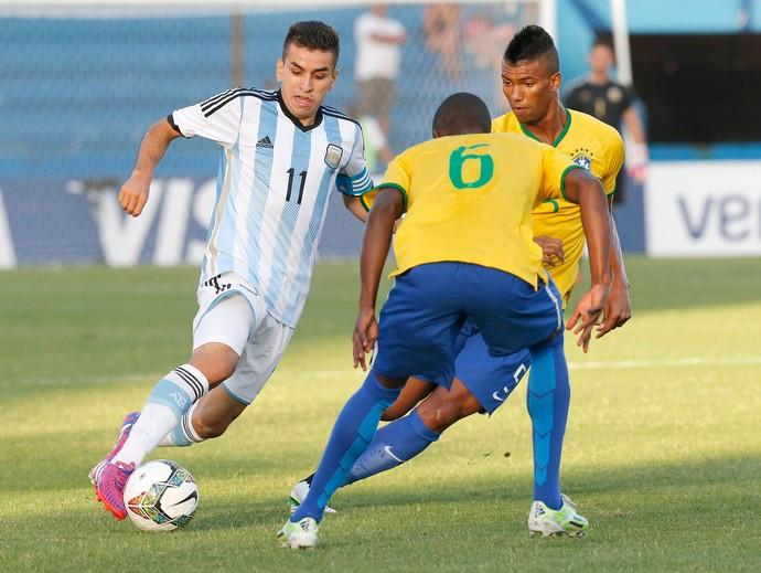 Angel Correa, da Argentina e Walace e Caju, do Brasil (Foto: Reuters)