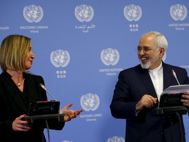 A representante da política externa da União Europeia (UE), Federica Mogherini, e o ministro das Relações Exteriores do Irã, Javad Zarif, durante o anúncio do cumprimento do acordo nuclear e a suspensão das sanções internacionais ao Irã, em Viena (Foto: Reuters/Leonhard Foeger)