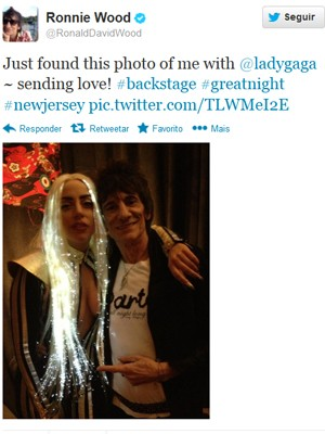 Lady Gaga e Ronnie Wood no camarim da cantora (Foto: Reprodução/Twitter)