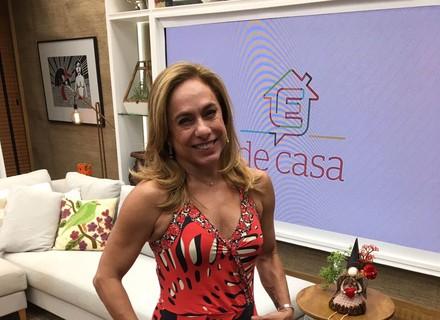 Cissa Guimarães investe em look leve para celebrar o Natal