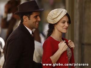Amélia e Franz procuram (Foto: Joia Rara/ TV Globo)