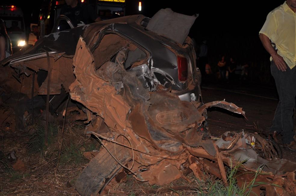 carro destruído em batida com caminhonete na BR-060 (Foto: Adejair Morais/ O Correio News)