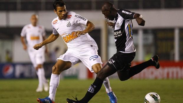 Somália faz jogada na derrota da Ponte Preta para o Santos, por 2 a 1, na Vila Belmiro (Foto: Divulgação / Santos)