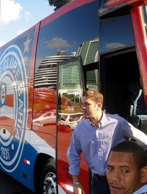 Marcelo Guimarães Filho, presidente do Bahia, no ônibus do clube (Foto: Raphael Carneiro/Globoesporte.com)