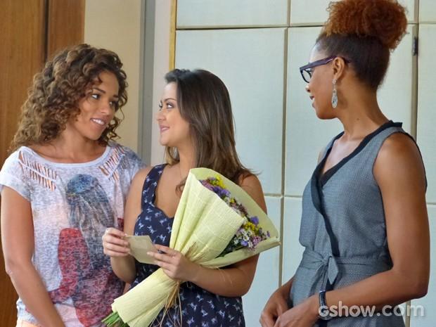 Bárbara recebe flores no meio da faculdade (Foto: Em Família/ TV Globo)