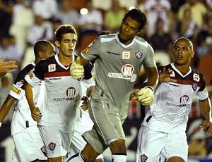 goleiro Viáfara comemora gol pelo Vitória (Foto: Ag. Estado)