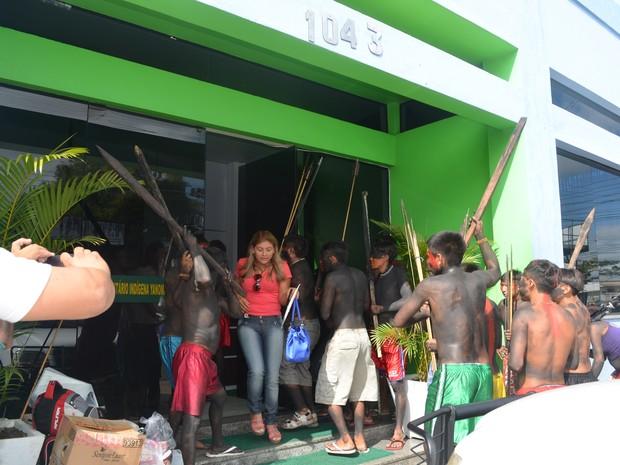Funcionários foram saíndo do prédio enquanto os indígenas invadiam (Foto: Emily Costa/G1)