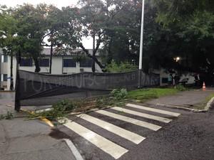 Servidores bloqueiam entrada da Universidade Federal de Santa Catarina (Foto: Oswaldo Sagaz/CBN Diário)