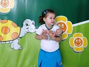 A menina Ariane, de 2 anos, foi matriculada em escola infantil com quatro meses (Foto: Divulgação/Turma da Maggie)