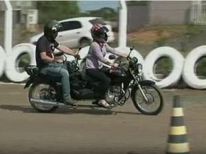 Moto criada em Caçador permite que instrutor conduza com aluno (Foto: Reprodução/ RBS TV)