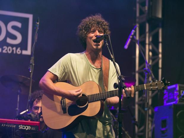 Chicão, filho da cantora Cássia Eller, em show no Rio (Foto: Felipe Panfili/ Divulgação)