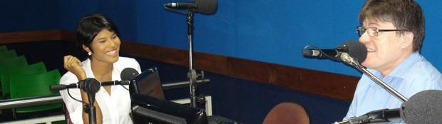 Suyane conversa com o radialista Ênio Carlos (Foto: Alyne Cardoso)