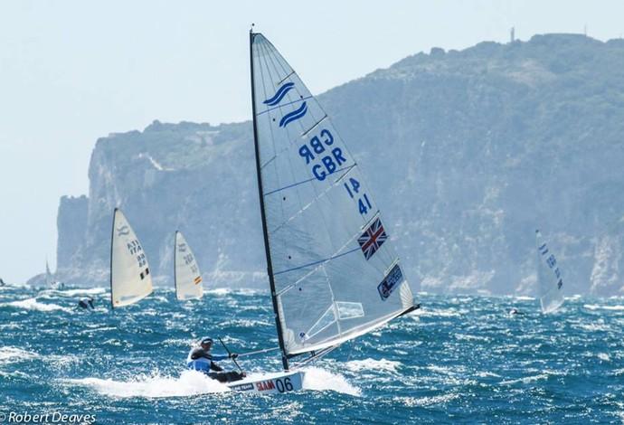 Giles Scott está a uma regata de conquistar o quarto título mundial de Finn (Foto: Reprodução/Facebook)