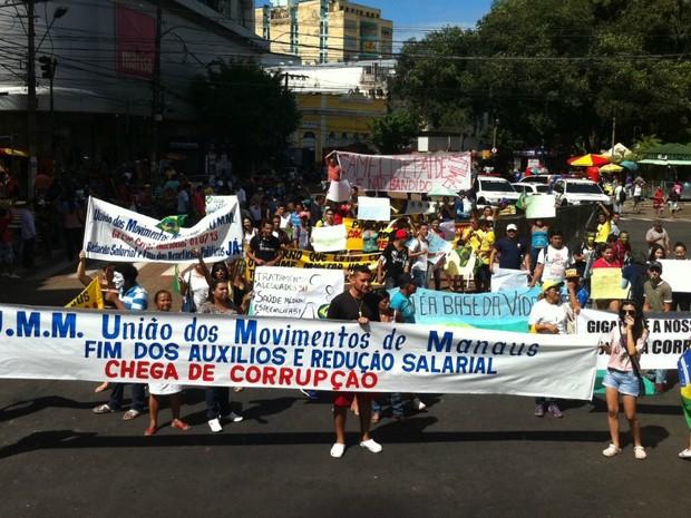 Manifestantes caminham pela Avenida Eduardo Ribeiro, Centro de Manaus, em protesto contra a corrupção.  Eles saíram da Praça da Matriz e têm como destino a sede da Assembleia Legislativa, na Avenida Mário Ypiranga Monteiro (antiga Rua Recife). (Foto: Girlene Medeiros/G1 AM)
