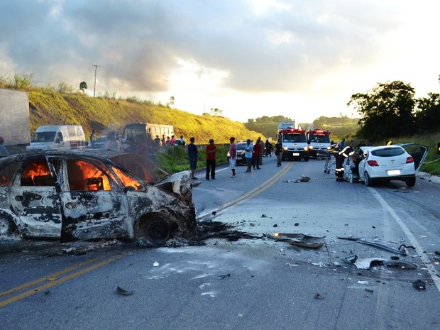 Carro foi carbonizado em acidente (Foto: Cortesia/Alagoasweb)