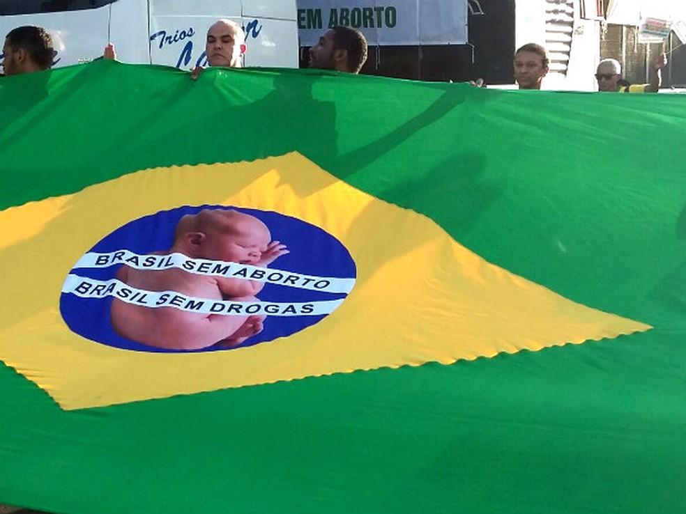 Manfiestantes caminharam pelo Eixo Monumental com bandeira do Brasil com os dizeres Brasil sem aborto e Brasil sem drogas (Foto: Pedro Borges/G1)