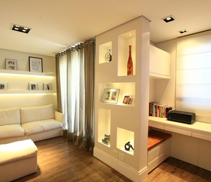 Os nichos podem separar sala e escritório, com tamanhos diferentes e destaque aos objetos (Foto: Divulgação)
