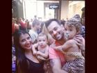 Fantasiada de diabinha, Priscila Pires curte bloco com os filhos
