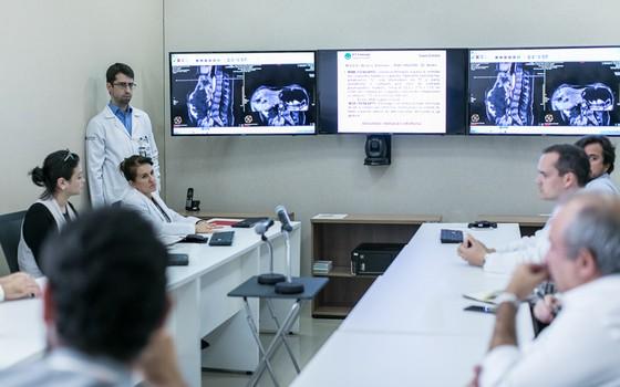 Reunião de um tumor board no AC Camargo Cancer Center, em São Paulo (Foto: Divulgação AC Camargo Cancer Center)