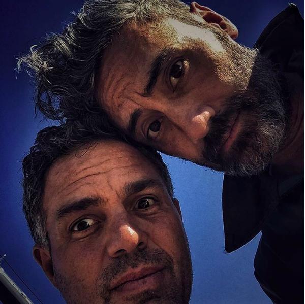 O ator Mark Ruffalo com o diretor de 'Thor: Ragnarok', Taika Waititi (Foto: Instagram)