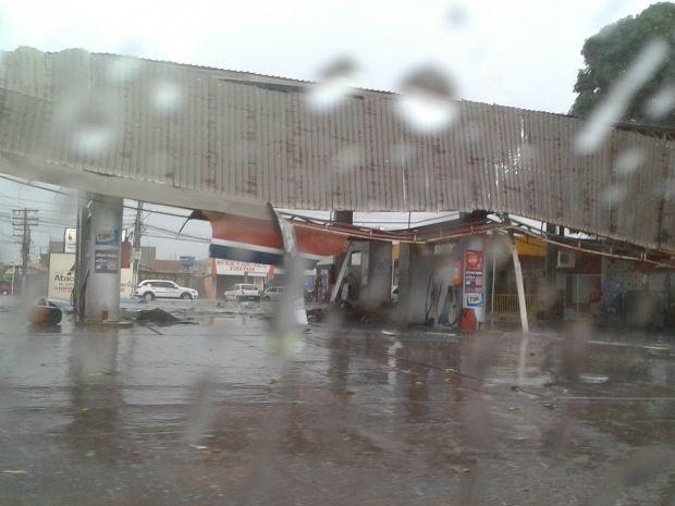 Telhado de posto de combustíveis em Várzea Grande foi destruído com a força do vento (Foto: Elias Benedito da Silva/Arquivo pessoal)
