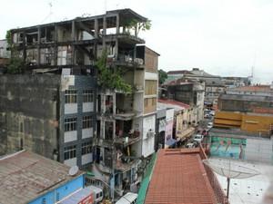 Construído há aproximadamente 15 anos e está localizado atrás do Edifício Garagem do Centro de Manaus (Foto: Mônica Dias/G1 AM)