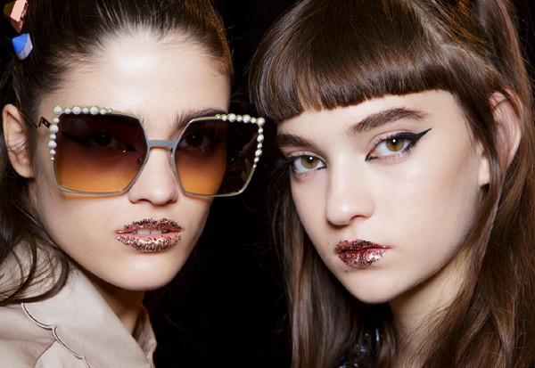 Make ousado no desfile da Fendi: lábios com glitter e delinedor gráfico (Foto: Imaxtree)
