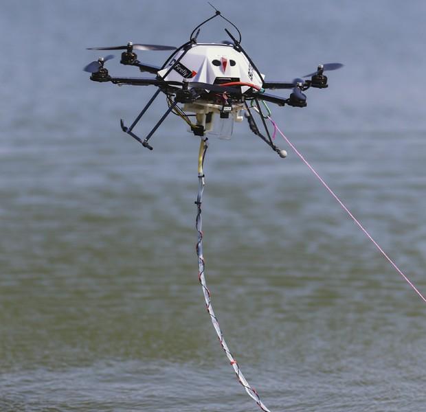 Protótipo que custou US$ 5 mil recolhe água; ele pode armazenar até três amostrar (Foto: Nati Harnik/AP)