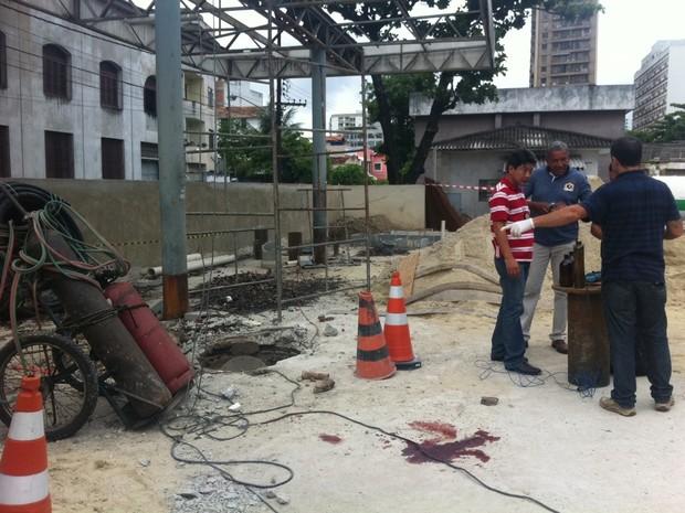 Técnicos fazem perícia em posto de gasolina da Polícia Civil que explodiu no Rio, nesta quinta-feira (31) (Foto: Lívia Torres/G1)