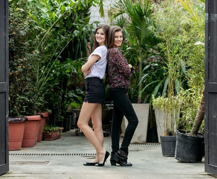 Camila Queiroz e Bruna Hamú fazem pose antes de desfilarem juntas (Foto: Isabella Pinheiro/Gshow)