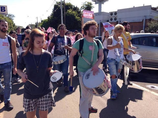 Alunos participam de protesto realizado por funcionários da Unicamp em greve (Foto: VC no G1)