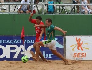 Buru (Cariacica) divide bola com Juninho (vermelho) Estadual de futebol de areia no Espírito Santo (Foto: Pauta Livre)