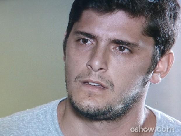 André mal pode acreditar no que a mãe lhe conta (Foto: Em Família/TV Globo)