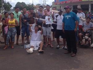 Manifestação interrompeu tráfego na Rua Hamilton Silva, em Macapá (Foto: John Pacheco/G1)