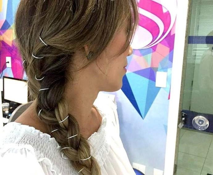 A repórter Fernanda Pinheiro apostou no piercing de cabelo para completar o look (Foto: TV Sergipe)