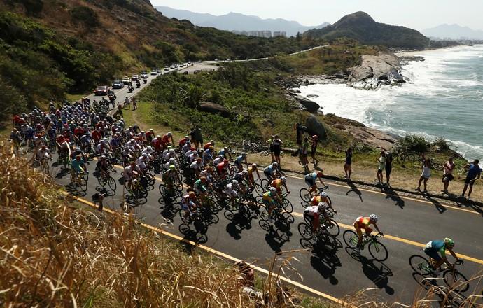 Ciclista competem com uma bela paisagem no Rio de Janeiro (Foto: Ezra Shaw/GettyImages)