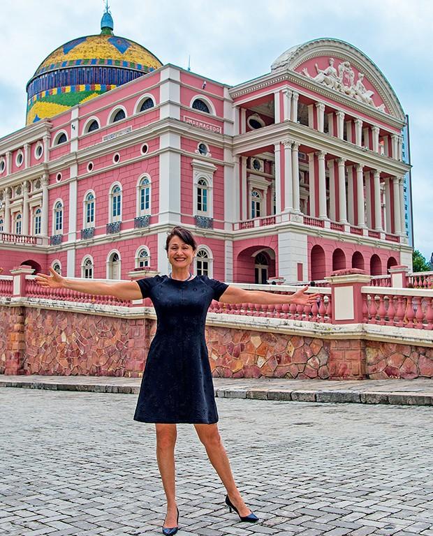 Zezé à frente do Teatro  Amazonas, em Manaus  (Foto:  )