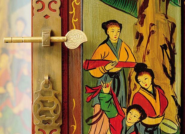 O fecho de latão, com dois arcos e trava transversal, caracteriza este móvel étnico, assim como a pintura delicada, que representa o cotidiano de um povo da China (Foto: Casa e Jardim)