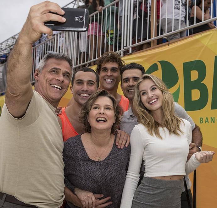 Elenco durante a gravação dos miniepisódios (Foto: Inácio Moraes / Gshow)