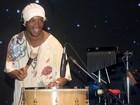 Ronaldinho Gaúcho toca instrumento em show de pagode
